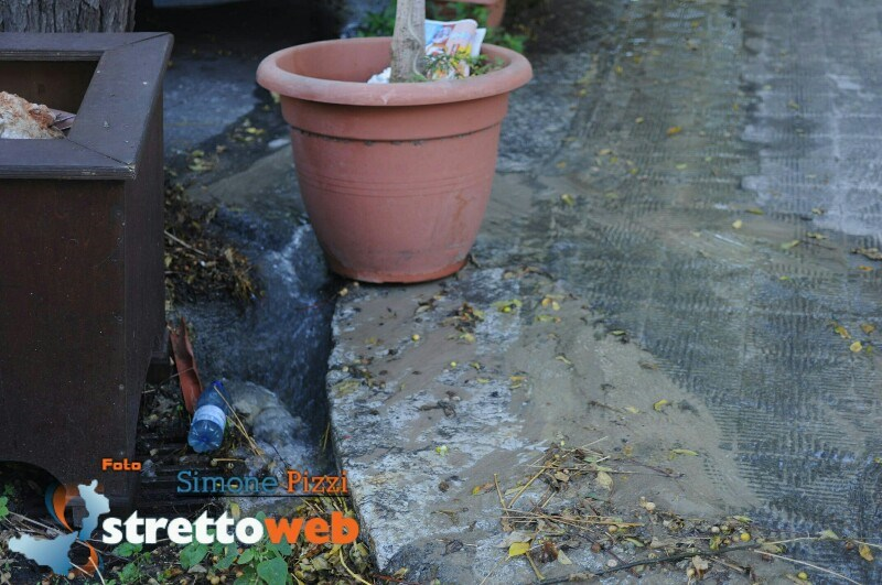Reggio Calabria, copiosa perdita di acqua in via Roma [FOTO e VIDEO]  Stretto Web